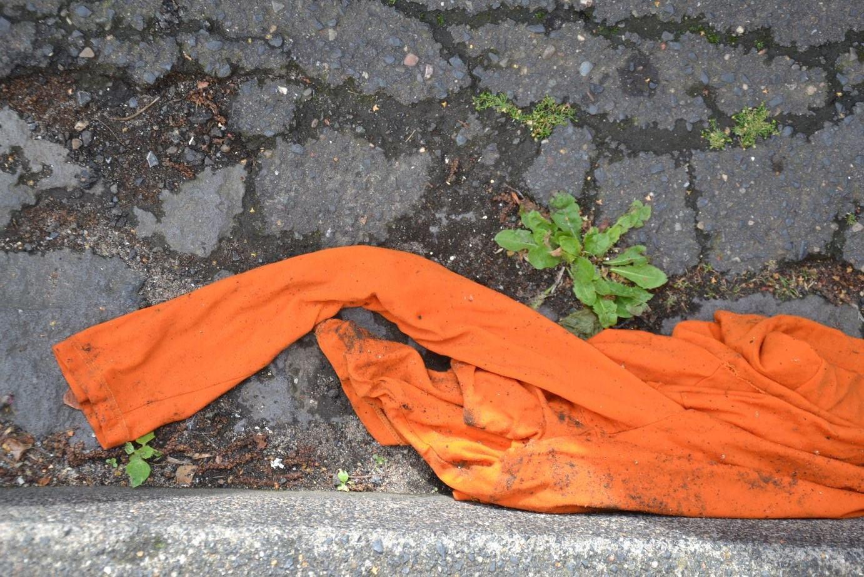 Oranges T-Shirt am Straßenrand