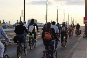 Von der Seite aus fotografiert die Critical Mass auf der Kennedy Brücke.
