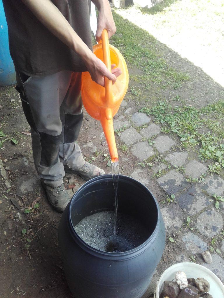 Der Zucker-Pflanzensud wird mit Wasser verdünnt