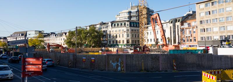 Große Baustelle hinter der Straße, Alte Gebäude dahinter