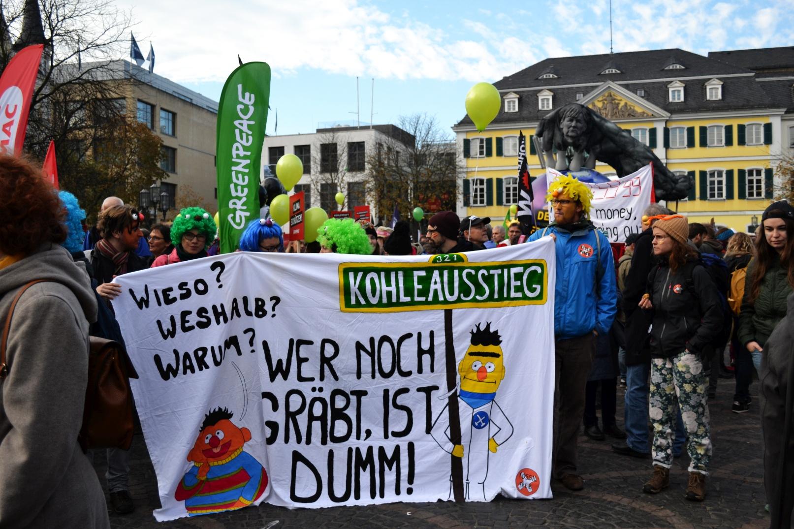 Klimademo auf dem Münsterplatz mit Banner - wer noch gräbt ist dumm