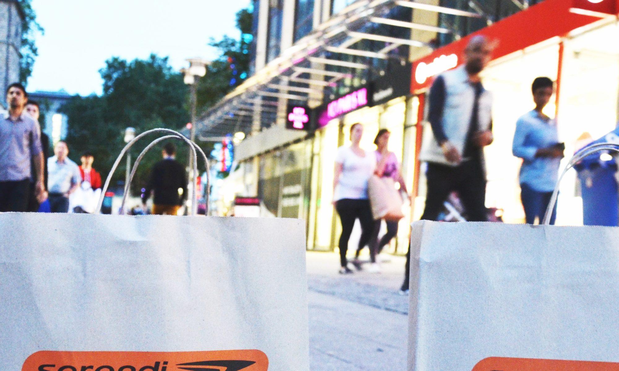 Einkaufstüten aus Papier in einer Fußgängerzone