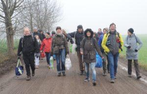 Die Gruppe bepackt mit Spenden auf dem Weg in den Hambacher Forst