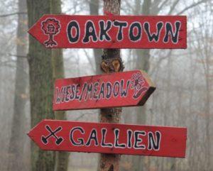 Wegweiser zu den Baumhaussiedlungen Oaktown und Gallien und dem Wiesencamp The Meadow
