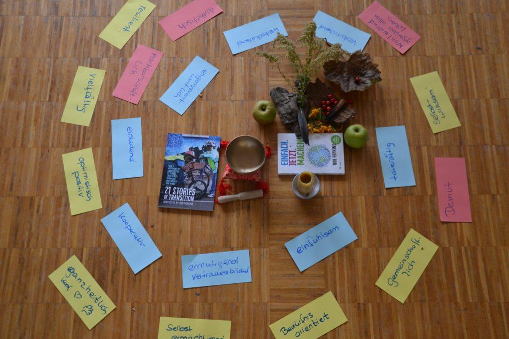 Bunte Karten auf dem Boden mit den werten der Transition Charta