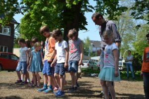 Kinder trampeln über eingesäte Fläche