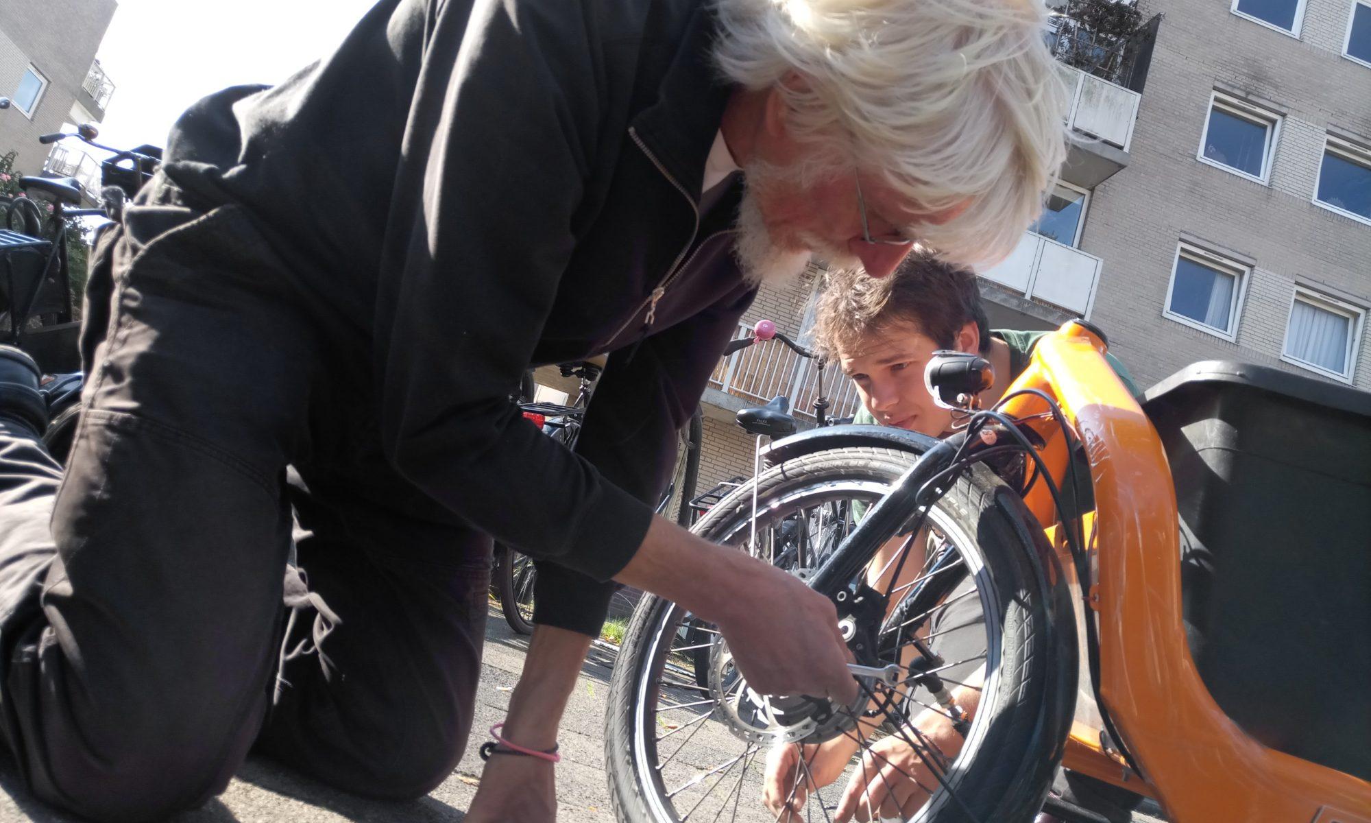 Uli und Niklas beim Radservice in Amsterdam