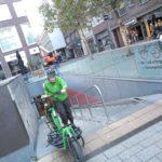 Niklas schiebt sein Lastenrad aus der Radtiefgarage in Nijmwegen