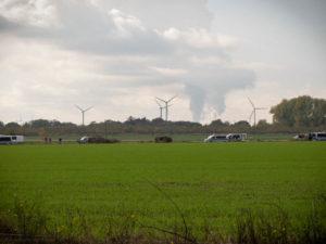 Kohlekraftwerke aus der Ferne, davor Polizeiautos