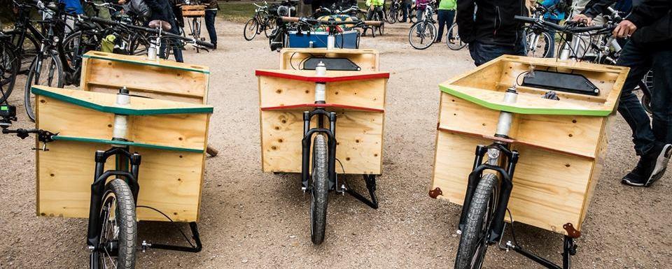 3 Velowerft Räder stehen neben anderen Fahrädern