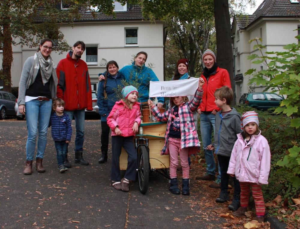 Vier Familien aus mit Kindern und Lastenrad