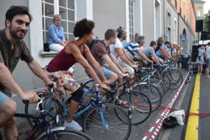 Menschen auf Fahrrädern strampeln für Strom