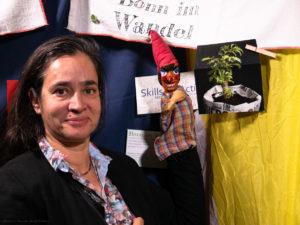 Katja und Kasperle vor Bonn im Wandel Fahne