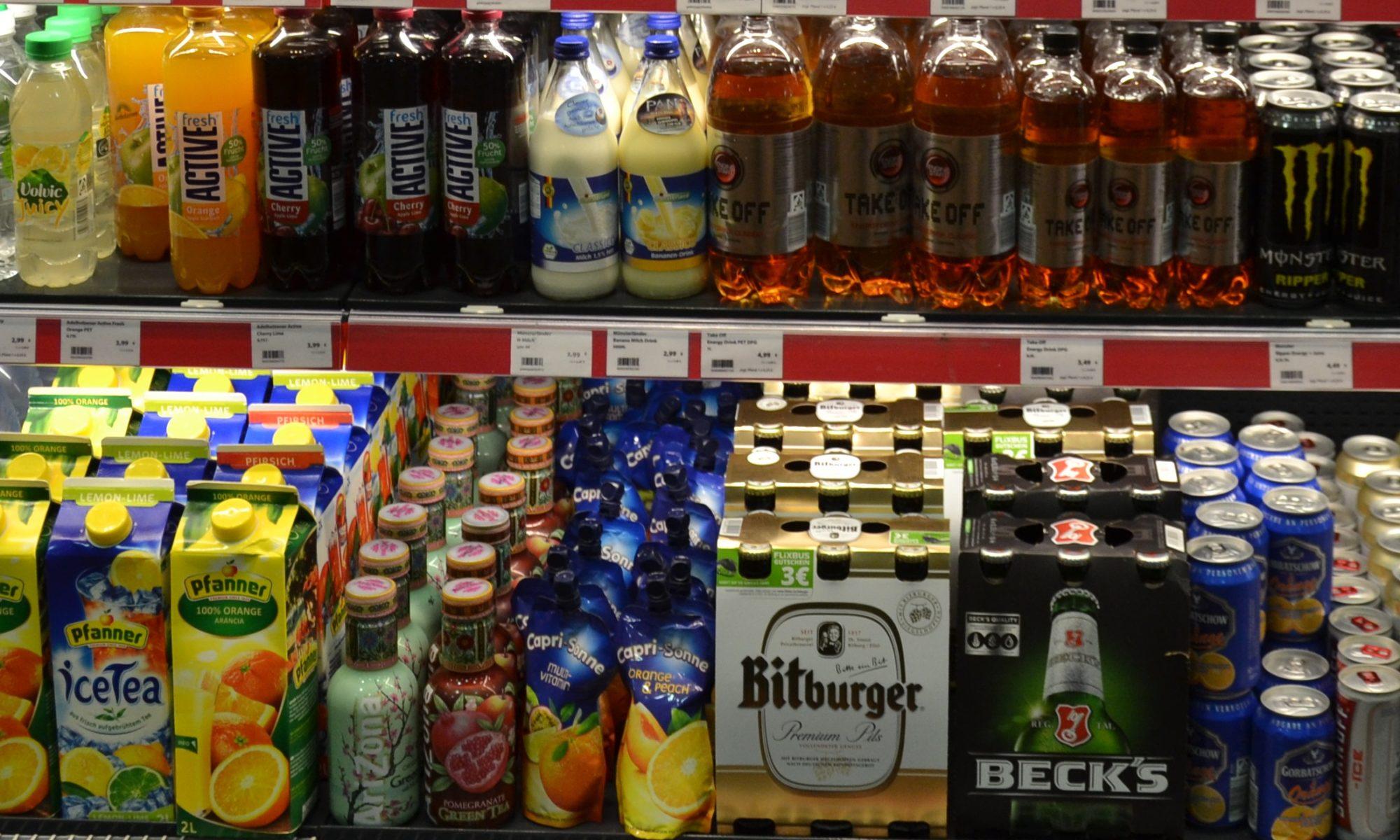 Getränkeregal mit Bier, Wasser und Softdrinks