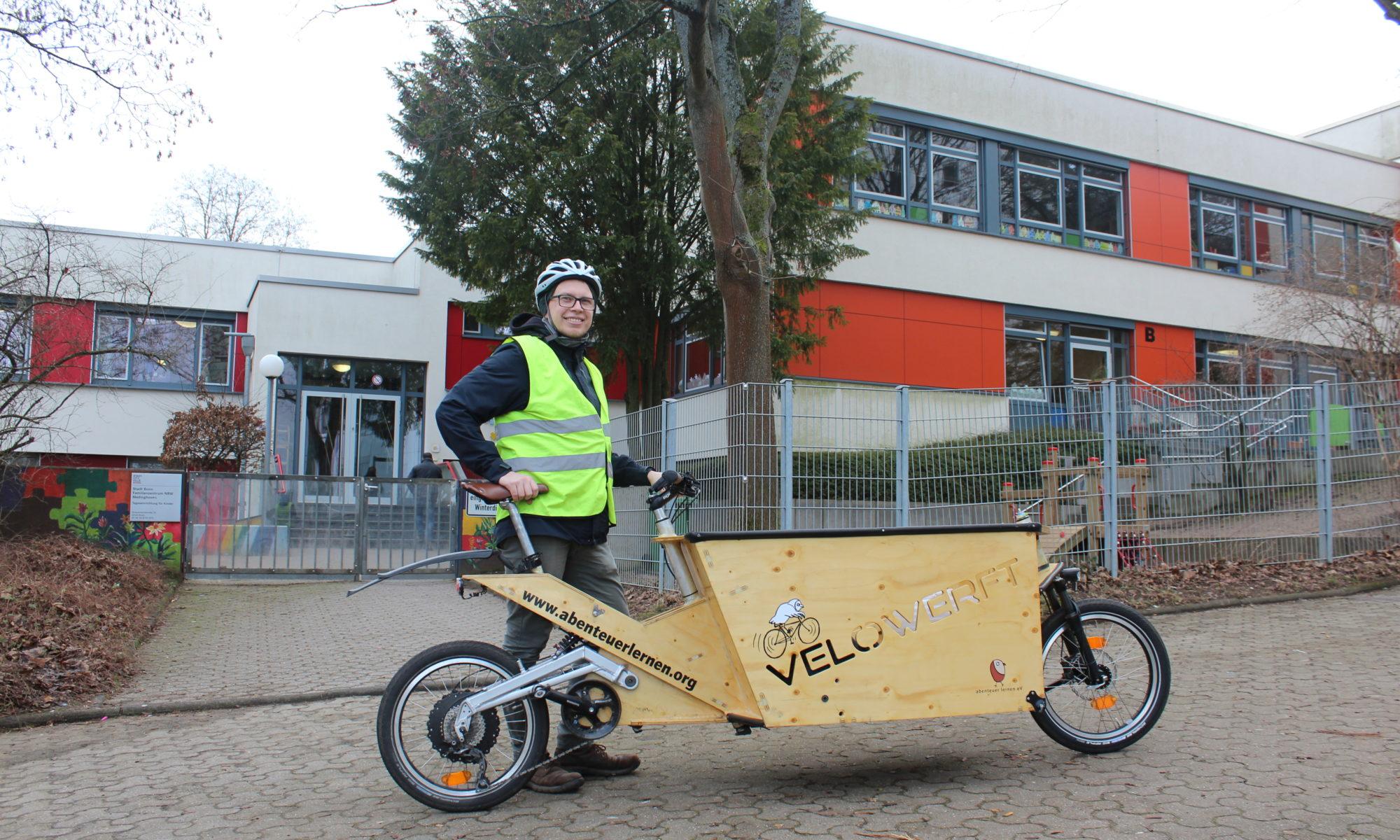 Paul Hennig mit dem Velowerft-Lastenrad vor einem Kindergarten in Medinghoven