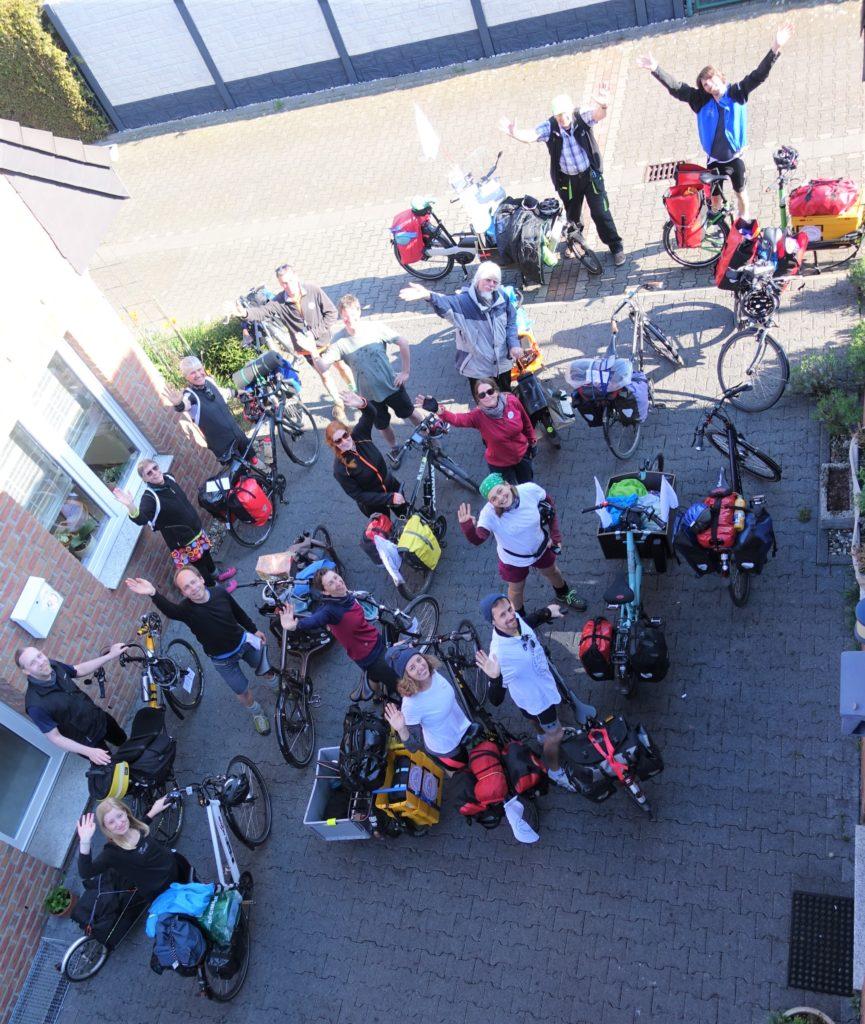 Gruppe Fahrräder, Lasenräder und Menschen von oben