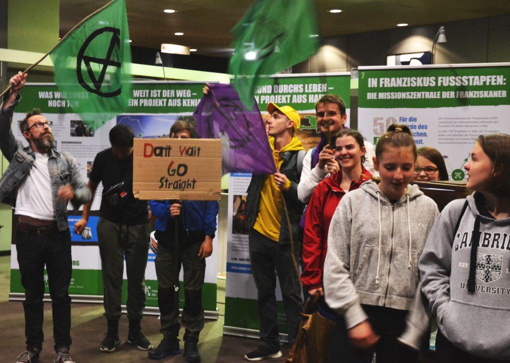 Extinction Rebellion mit Grünen Flaggen im Bonner Rathaus
