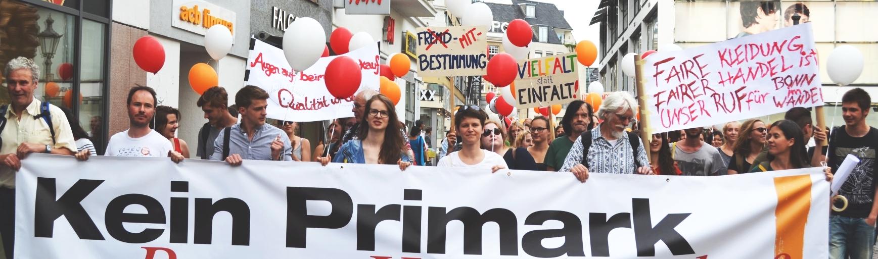 Menschenmenge mit Banner Kein Primark