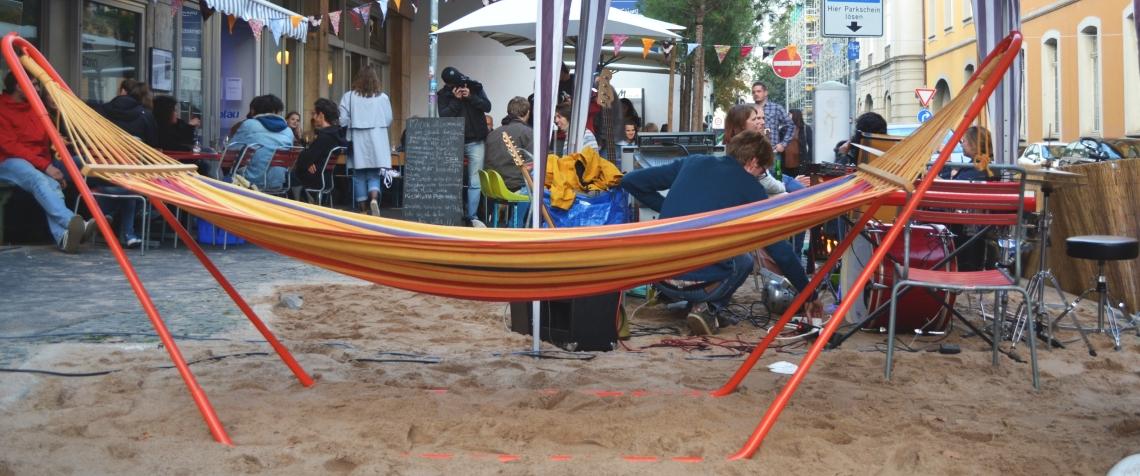 Hängematte über Sand auf einem Parkplatz