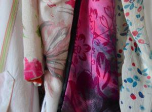 Bunte Kleider im Kleiderschrank