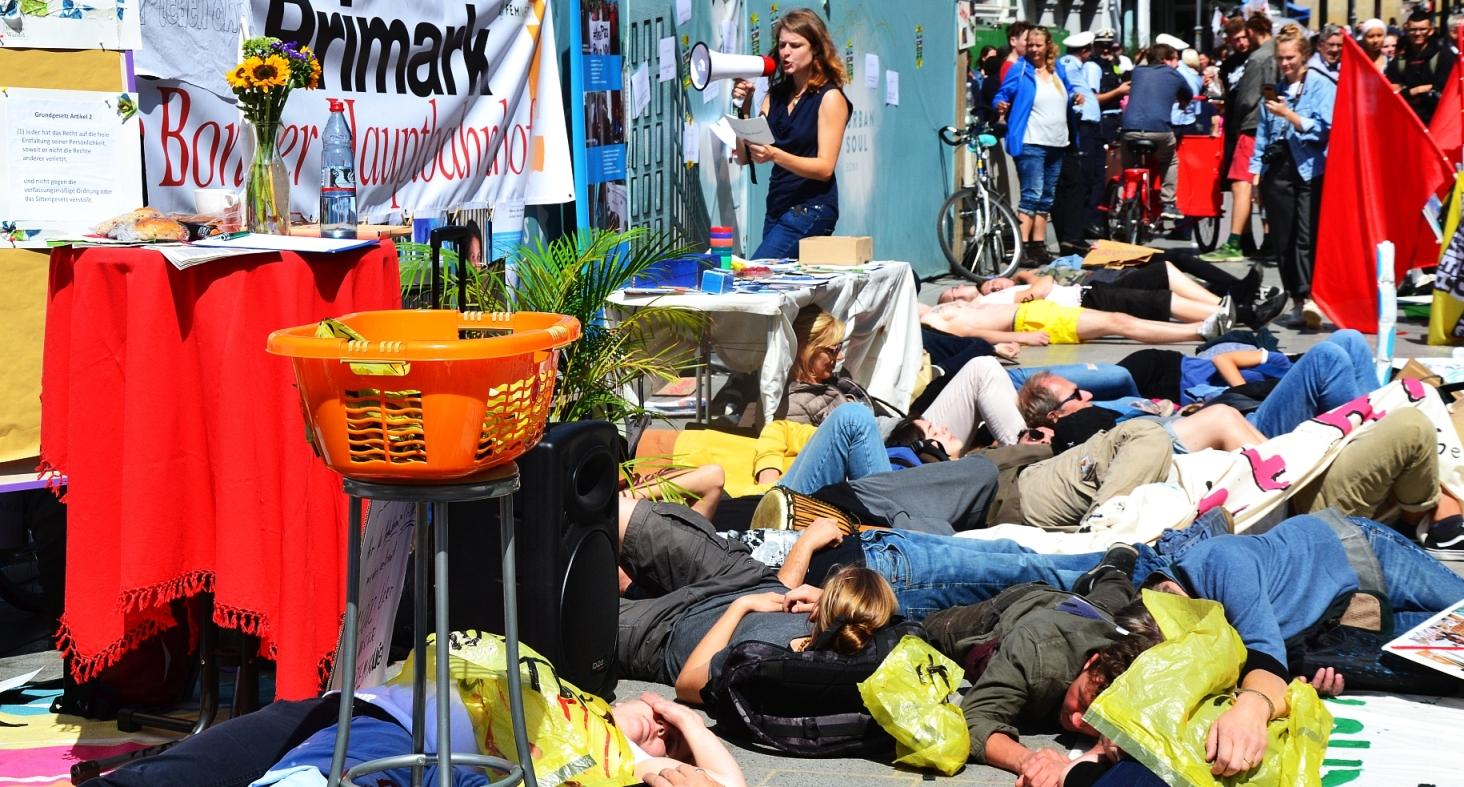 """Menschen liegen auf der Straße beim Die In """"Besser leben ohne Primark"""""""