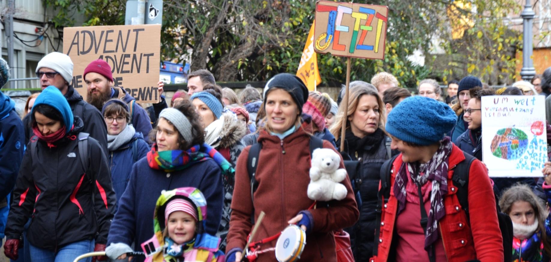 Schüler, Mütter und Kinder auf der Bonner Demo NeustartKlma