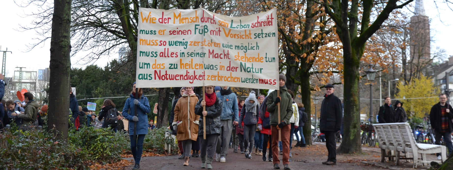 Menschen mit Transparent auf der Klimademo 29.11.
