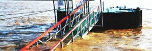 Überflutete Anlegestelle am Rhein- Zugang unter Wasser