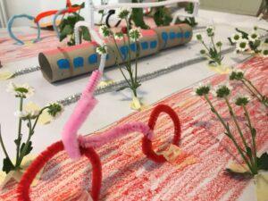 Fahrrad, Strapenbahn und Blumen aus Pfeifenputzern